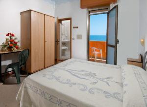 La camera fronte mare dell'Hotel Edelweiss a Torrette di Fano