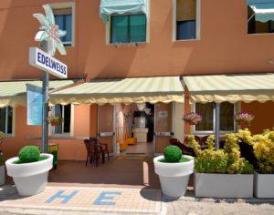 L'ingresso dell'Hotel Edelweiss a Torrette di Fano
